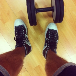 In palestra a sollevare pesi (Converse sneackers alte pelle nera)