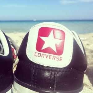 In spiaggia (Converse speaker basse pelle nera)