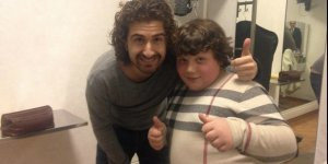 Il comico Alessandro Siani col simpatico bambino preso in giro a Sanremo (vestito con la linea XXXL di Burberry.